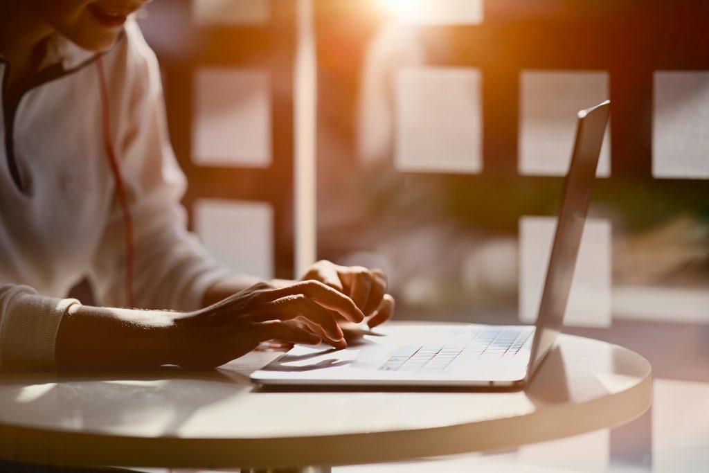 Pisanie bloga na laptopie o zachodzie słońca. Zarobek na blogu